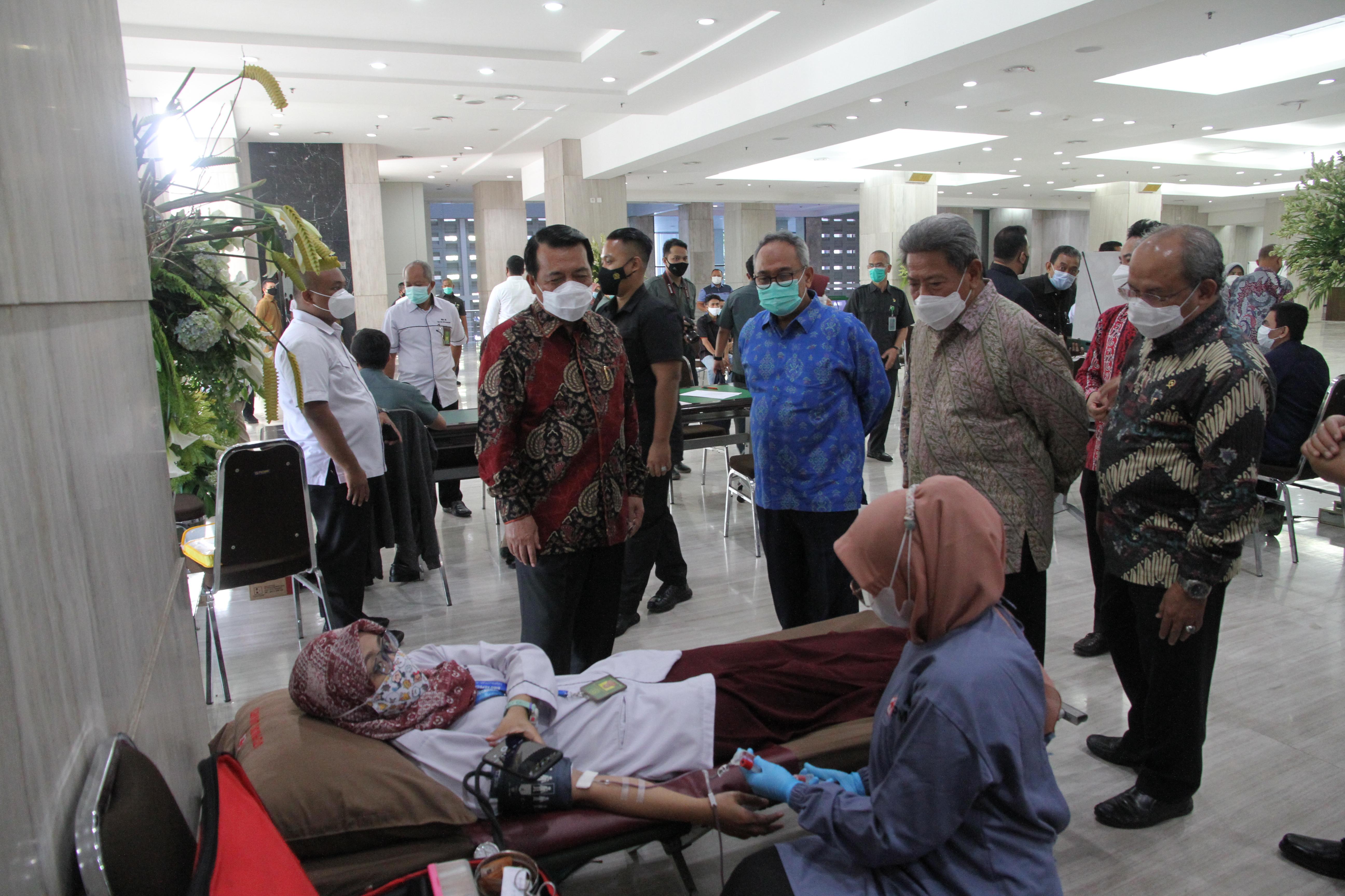 DONOR DARAH DALAM RANGKA HUT IKATAN HAKIM INDONESIA KE 68